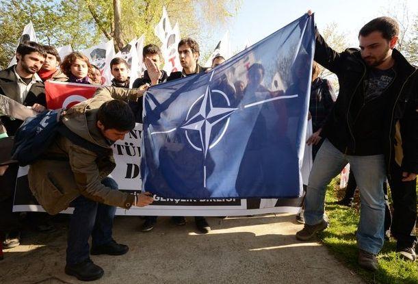 NATO va deveni ONU. Intrebarea e cind.